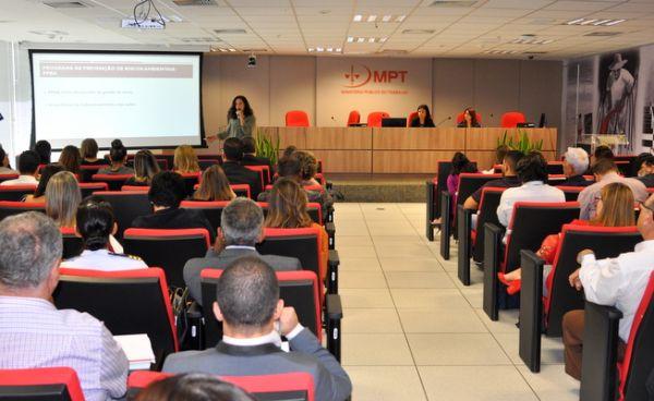 A analista pericial do MPT-DF Paula Mendes da Rocha apresenta as irregularidades