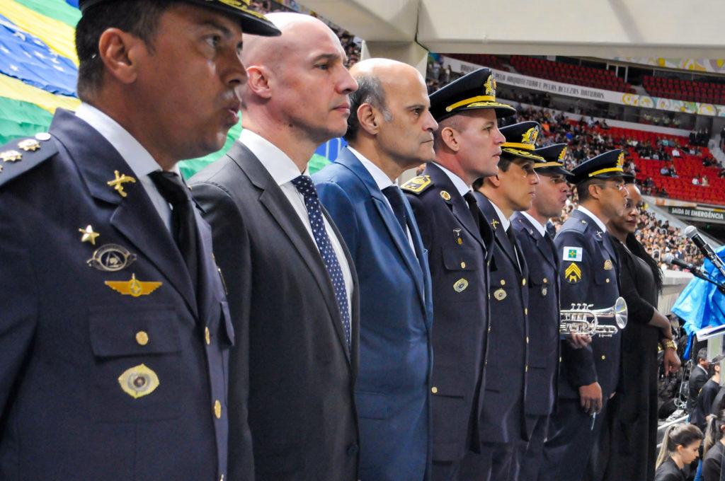 O governador em exercício, Paco Britto, com autoridades da Polícia Militar. Foto: Vinícius de Melo / Agência Brasília