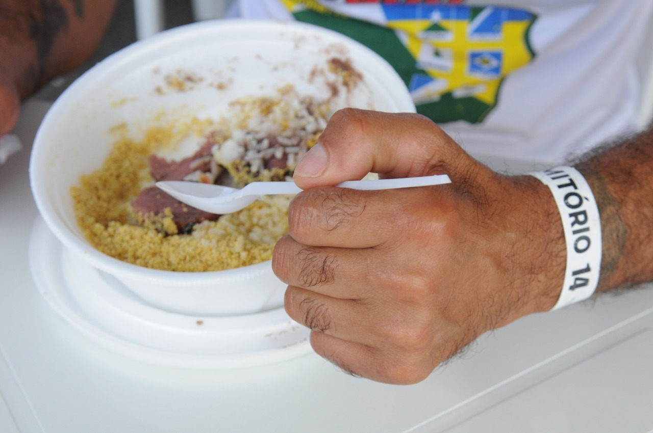 Refeição balanceada e pulseira para dormitório dão mais dignidade à condição da população vulnerável   Foto: Paulo H. Carvalho / Agência Brasília