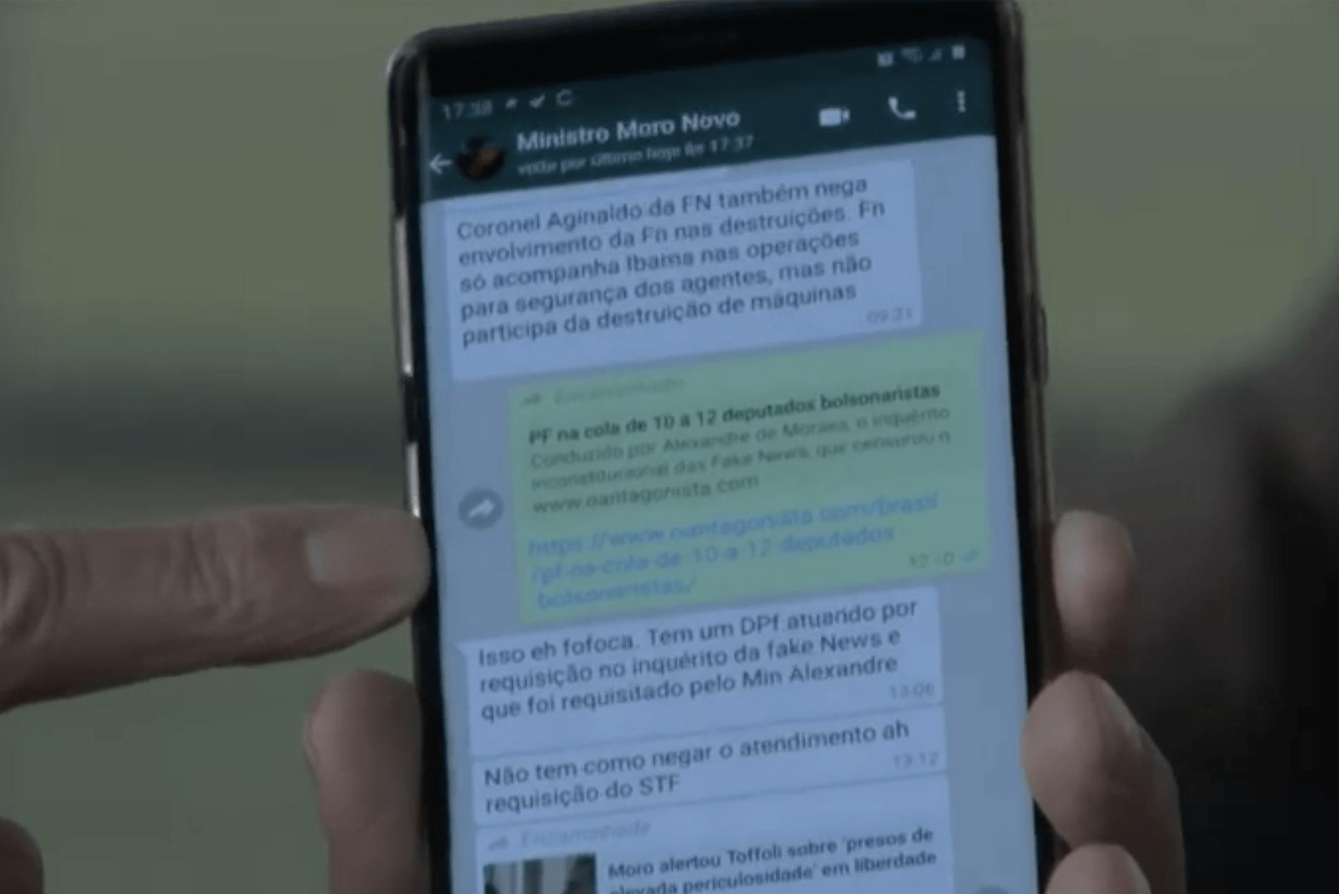 Bolsonaro mostra trecho de conversa com Moro no WhatsApp